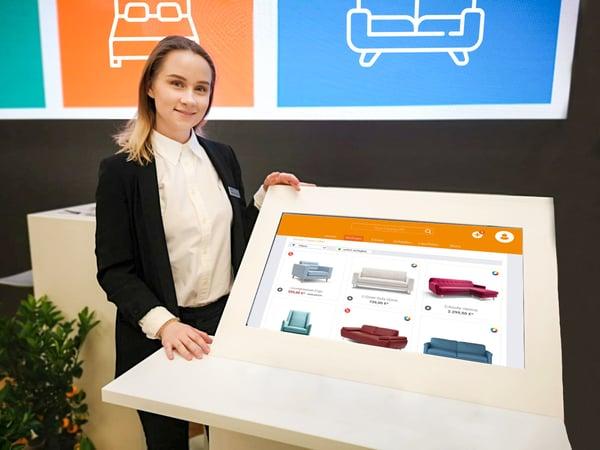Ein Touch-Screen Monitor ermöglich Kunden ein interaktives Shoppingerlebnis